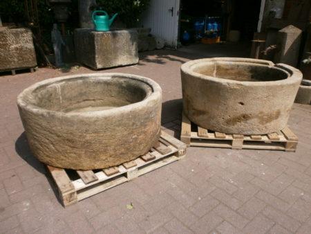 Ein Paar Sandsteinbecken zum guten Preis