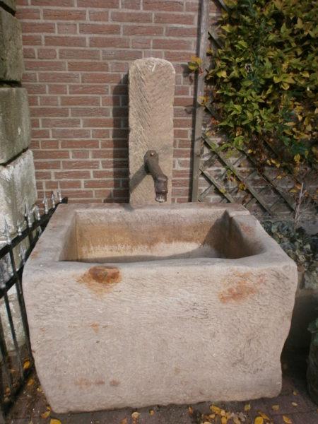 Sandsteinbrunnen mit antikem Speier