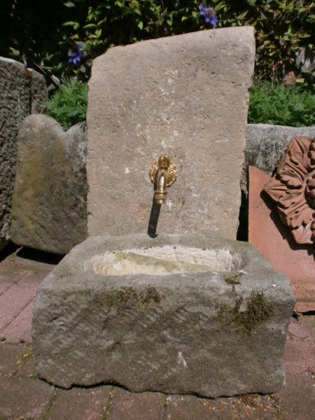 Kleiner Sandsteinbrunnen aus altem Material