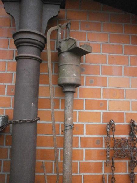 Schwengelpumpe aus Gusseisen fast 3 Meter hoch
