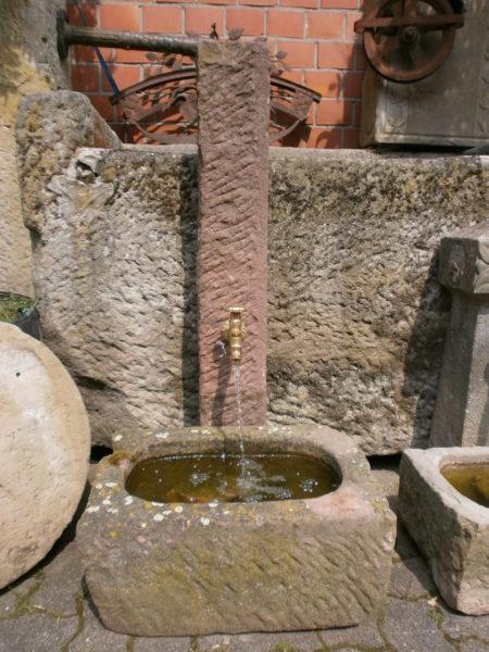 kleiner Sandsteinbrunnen aus historischem Material