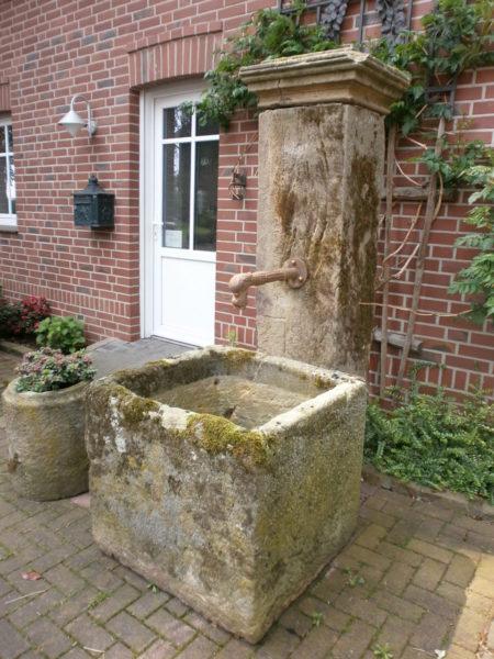 Brunnen aus antikem Sandstein