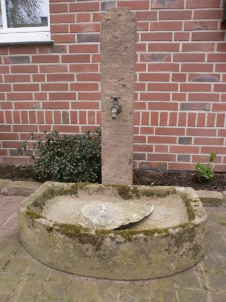 Sandstein Brunnen mit abgerundetem Trog