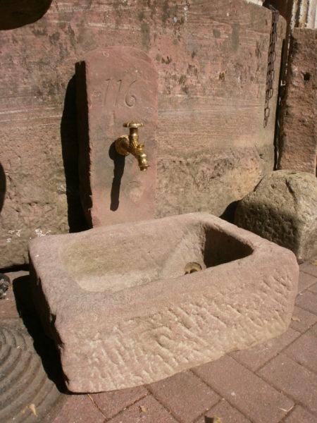 roter Sandstein Brunnen