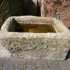 Brunnen aus antikem Trog mit Frosch